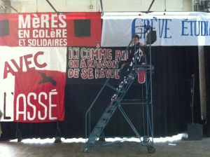 Mounting the banner exhibit for Masses & Médias 2013.