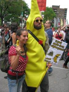 Banane Rebelle et amie lors de la manif du 22 mai à Montréal. photographe inconuE.
