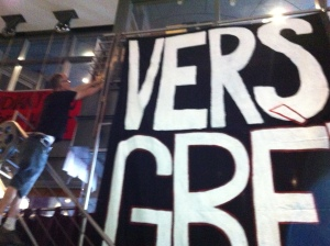 La mise en place des bannières. / The installation of the banners. Photo: Cédric Piette. (August 23 août 2013).