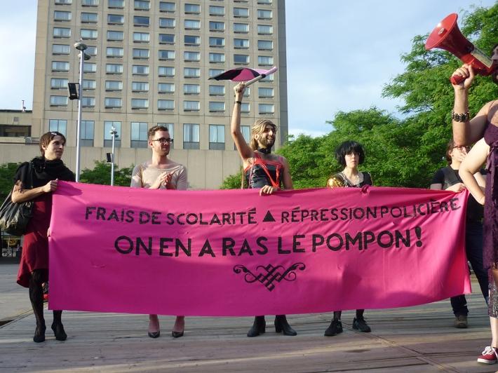 Des membres du P!nk Bloc portent leur bannière dans la Parc Émilie-Gamelin lors de la manifestation Genre de grève du 15 juin 2012. Photographe inconnu.e.