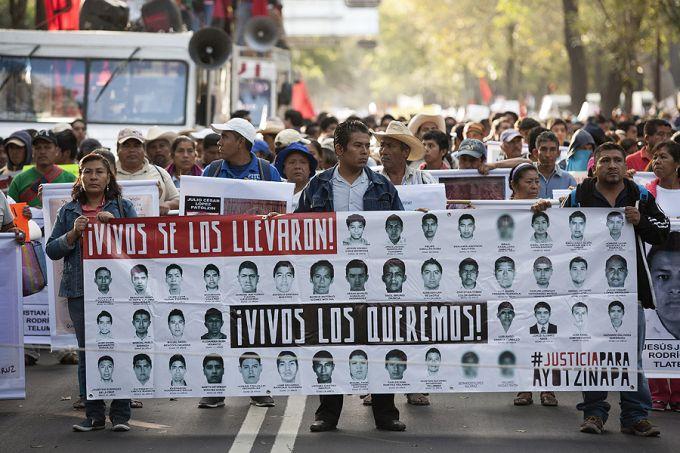 Membres des familles des 43 étudiants disparu dans l'état de Guerrero au Mexique lors d'une manifestation àMexico lele 5 nov 2014. Photo : Brett Gundlock.